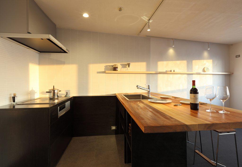 オーダーキッチン002浮遊する、無垢の杉板