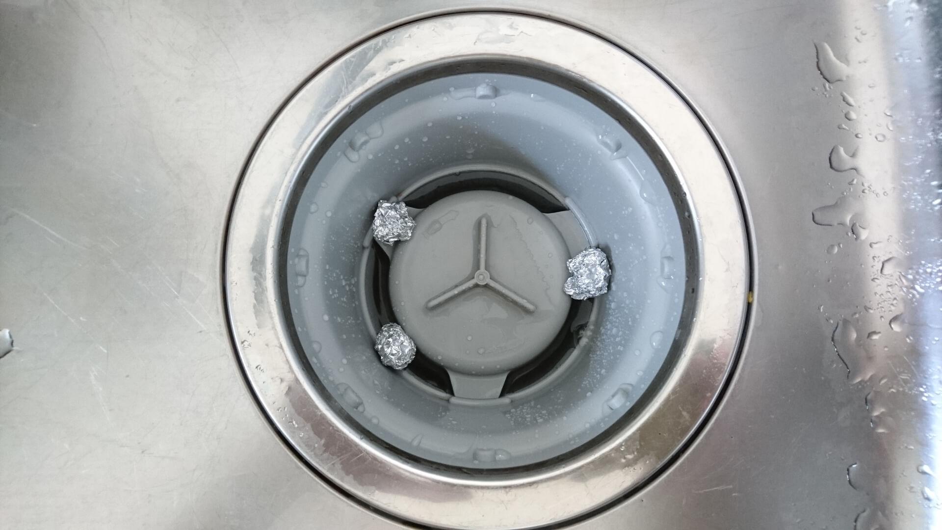 丸めたアルミホイルをいくつか置いておくことで汚れを防ぐ