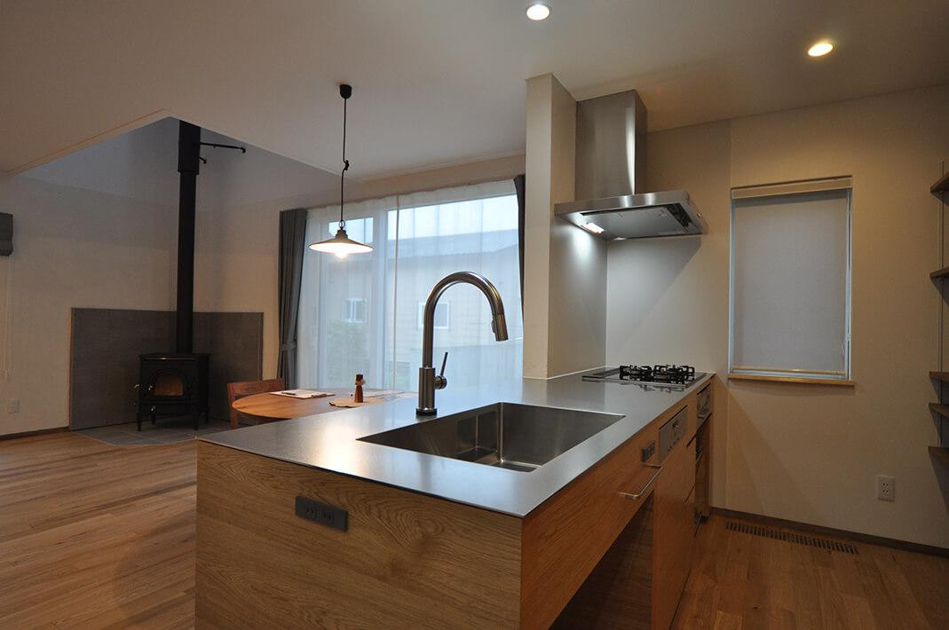 オーダーオリジナルキッチン041薪ストーブのあるナチュラルな空間とこだわりのオーダーキッチン